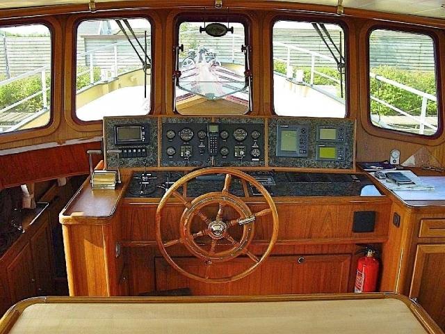 De stuurhut is rijk uitgerust met hedendaagse moderne apparatuur.